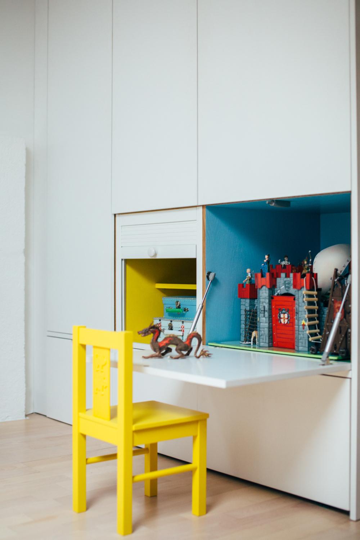 Skap med integrert lekeplass. Høyden på skapet er tilpasset barnestolen.