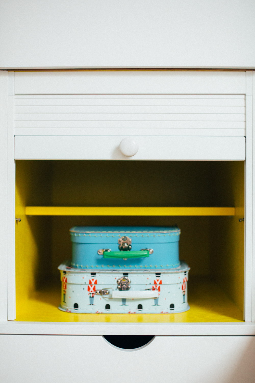Skapet har en egen lekenisje. Lekene er derfor lett tilgjengelig, men kan også fort skjules bak sjalusidøren.