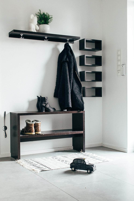 Småmøbler til gang. Hyllen er tilpasset listverket og står derfor helt inntil vegg.
