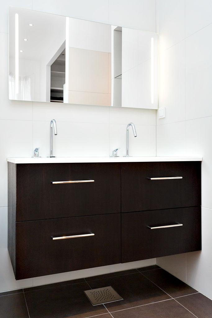 Vasken er designet i Corian og er lett å holde ren.
