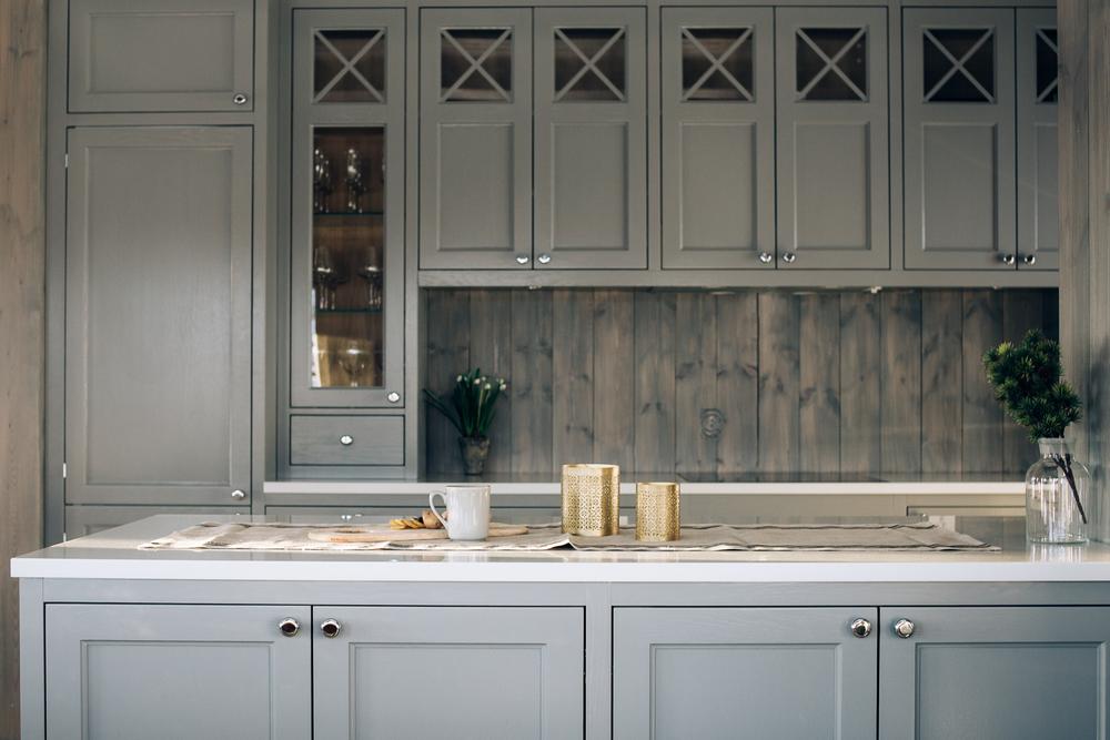 Kjøkkenøy med god benkeplass og oppbevaring på begge sider.