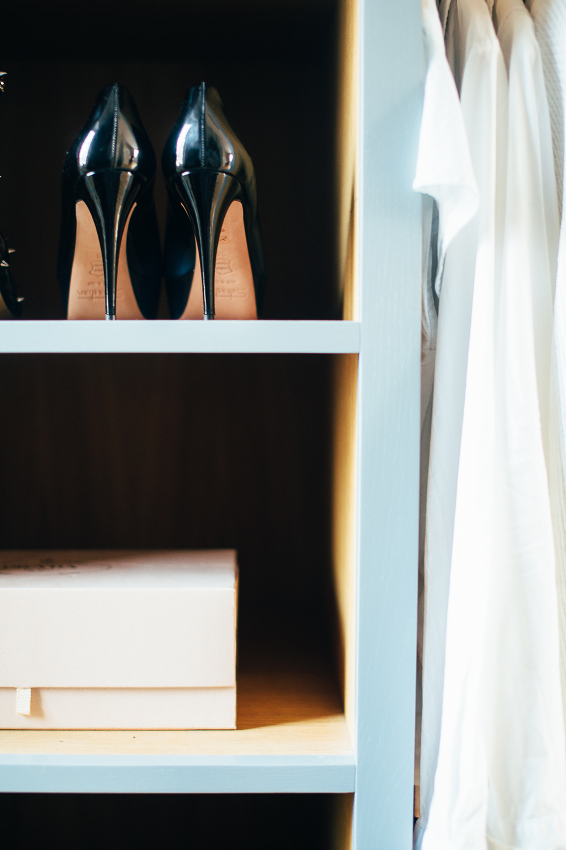 Denne garderoben har blant annet fått egne skohyller til pensko og høyskapene har innebygde figurspeil.