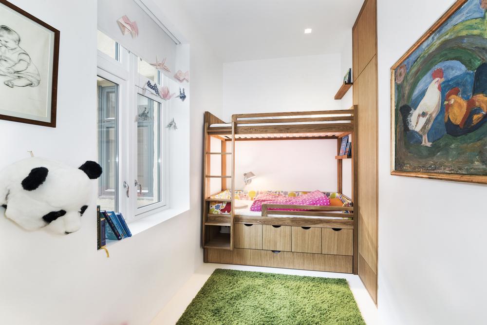 Plassbygd seng til barnerommet.