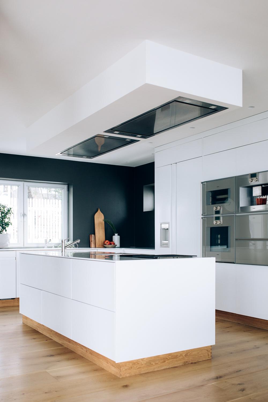 Kjøkkenøya gir ekstra arbeidsflater og frontene har push-funksjon, som gir et helhetlig og sømløst uttrykk
