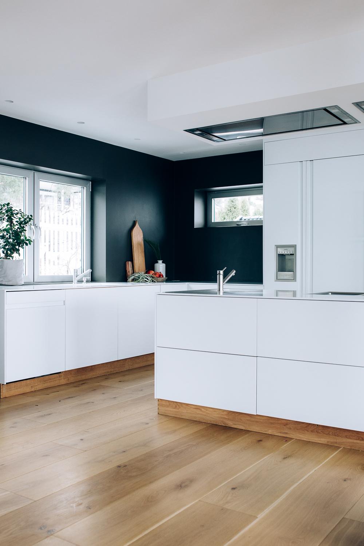 Kjøkkenet har en kjøkkenøy med vask og kokeplater. Det er skuffer på begge siden av kjøkkenøya.