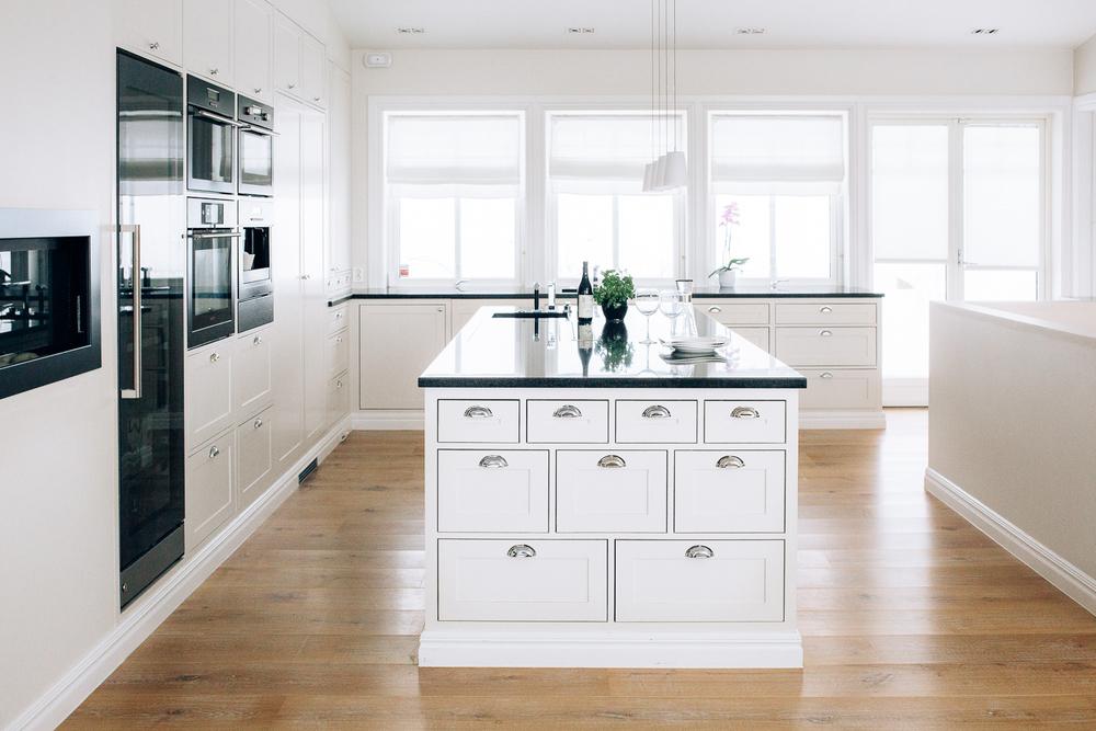 Kjøkkenøya har mange dype skuffer for god oppbevaring, samt kokeplate og vask. Ventilatoren er en benkeventilator, slik at man slipper vegghengt vifte.