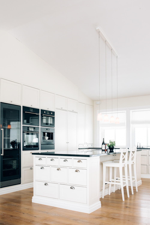 Kjøkkenøya har også sitteplasser.
