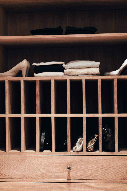 Walk-in garderoben har plass til sko og vesker også. Innredningen er i eik.