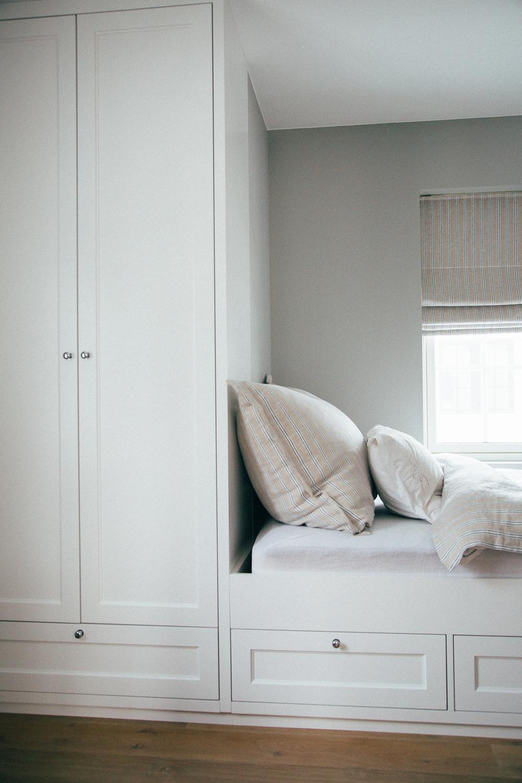 Den plassbygde sengen har integrert garderobeløsning.