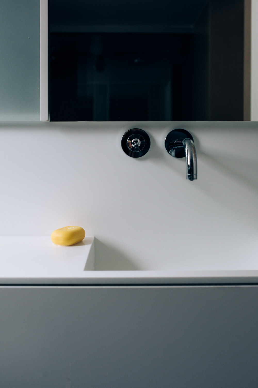 Vasken er støpt i hvit Corian.