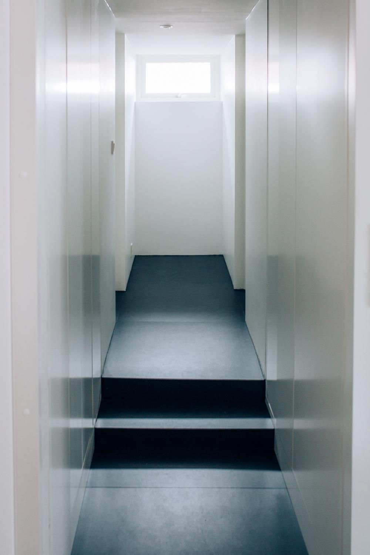 Høyskapene med push-funksjon gir et glatt og slitrent uttrykk. Dørene skjuler oppbevaringen på en ryddig måte.