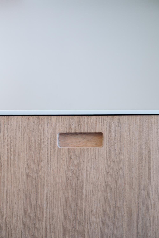 Kjøkkenet er i hvitpigmentert eik med benkeplate i Corian.