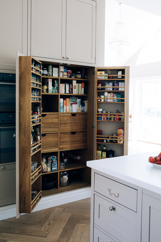 Praktisk pantry gir god plass til oppbevaring av tørrvarer.