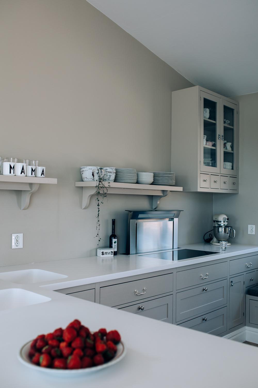 Benkeplaten er i marmor og står i stil til detsvarte kjøkkenet og subwayflisene.