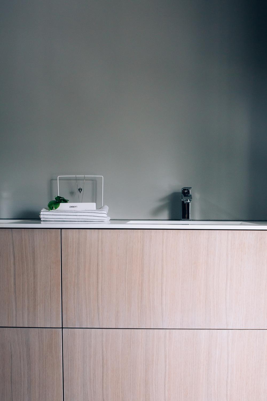 Stilren baderomsinnredning i hvitpigmenterteik og Corian. Skuffene har push-funksjon.