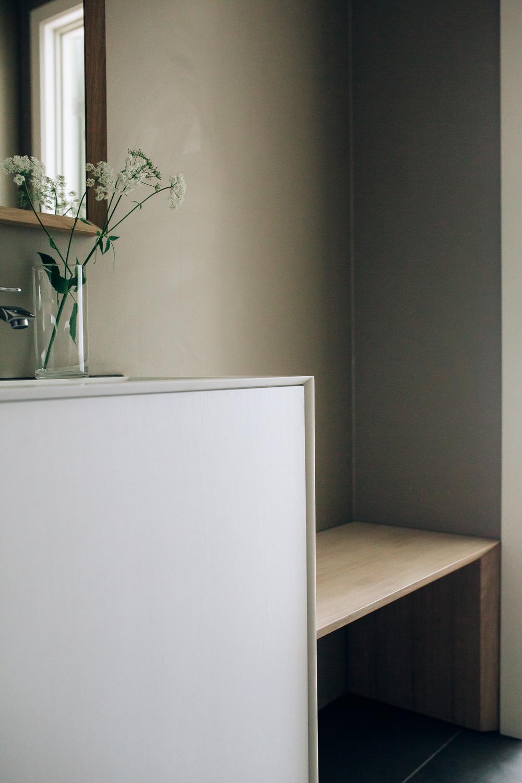 Stilren baderomsinnredning til hjemmespaet. Her også med en plassbygd benk.