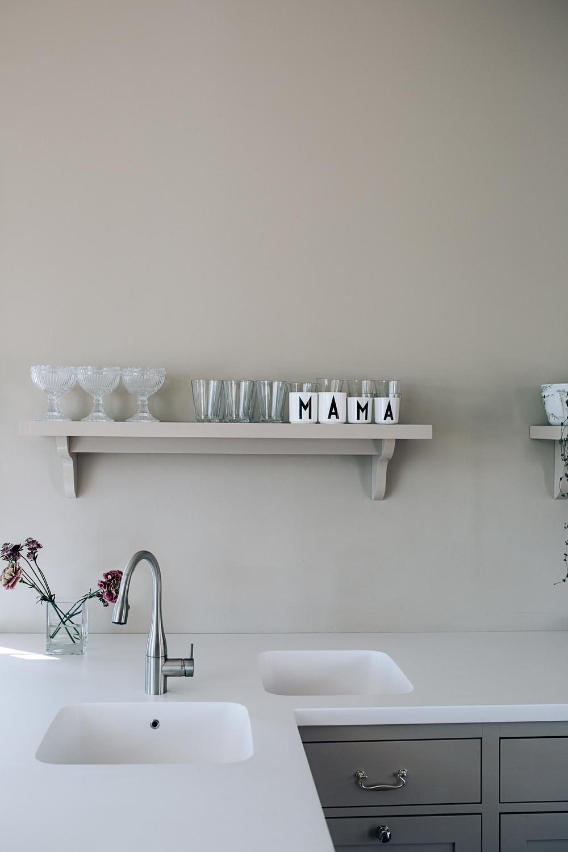 Benkeplaten og vasken er støpt i hvit Corian. Armaturet er fra KWC.