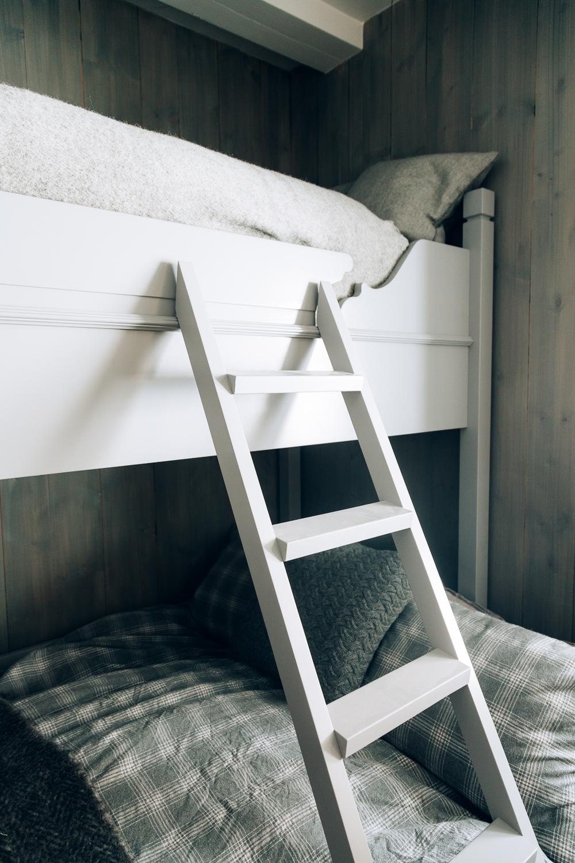 Stige opp til øverste køyeseng.