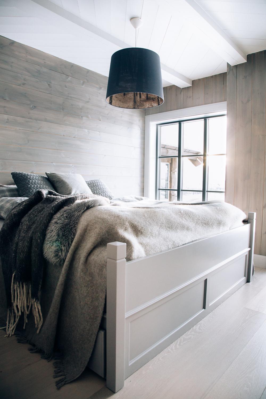 sengen på masterbedroom har tradisjonelle utskjæringer og passer ...