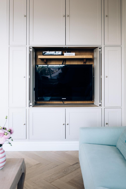 Dørene kan trekkes først ut og så inn i møblementet.