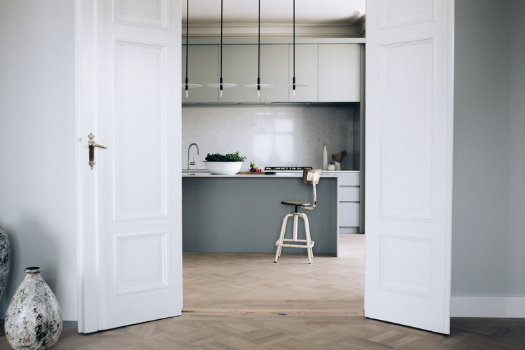 Moderne kjøkken med klassiske detaljer — custom kitchen & interiors