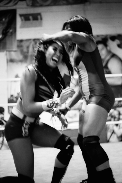 "La Rosa Negra overpowers Hania ""The Howlin' Huntress"""