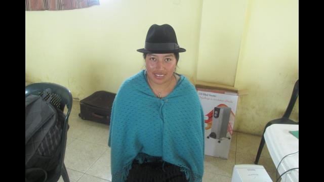 Librarian of Apahua branch / Bibliotecaria de la biblioteca en Apahua – Elva Candelejo