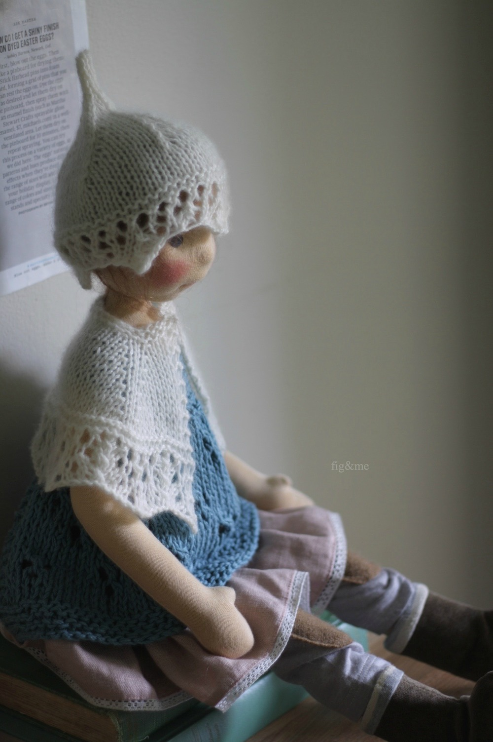 A soft and creamy knitted set (hat and cape) by Fig&me