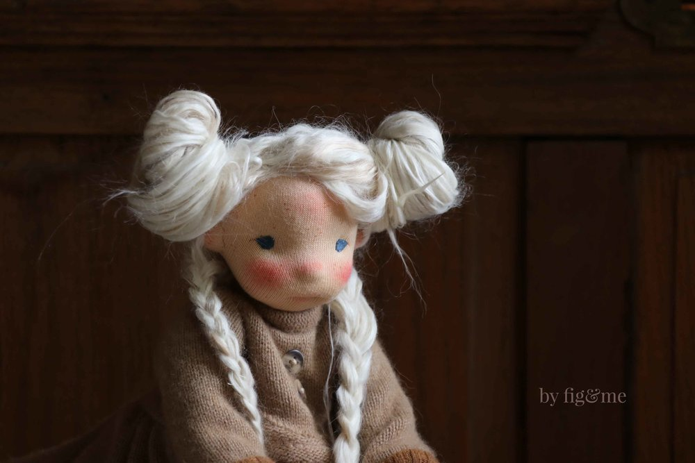 A step-by-step tutorial on how to weft fiber for doll hair, via Fig and Me.