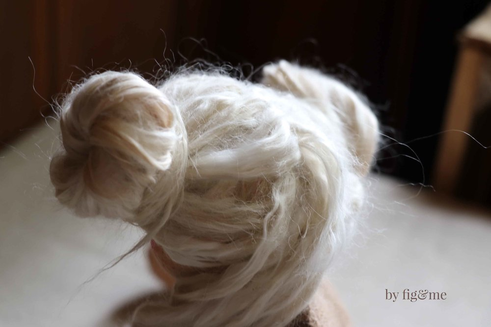 Learn how to turn fiber into wefts to use as doll hair, via Fig and Me.