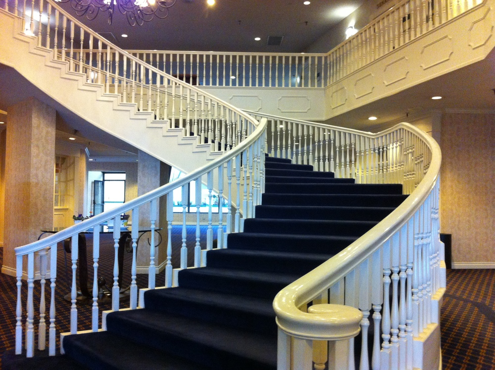 Red Lion Colonial Hotel's white grand staircase (28 steps) is charming and inviting. A great photo opportunity.