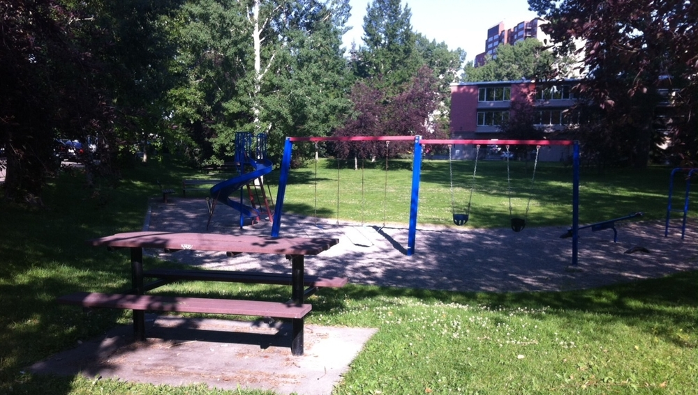 Early on in our walkabout we stumbled upon this charming retro playground with its own picnic table. In the 10 or so blocks we wandered we found three playgrounds located in well-treed pocket parks.