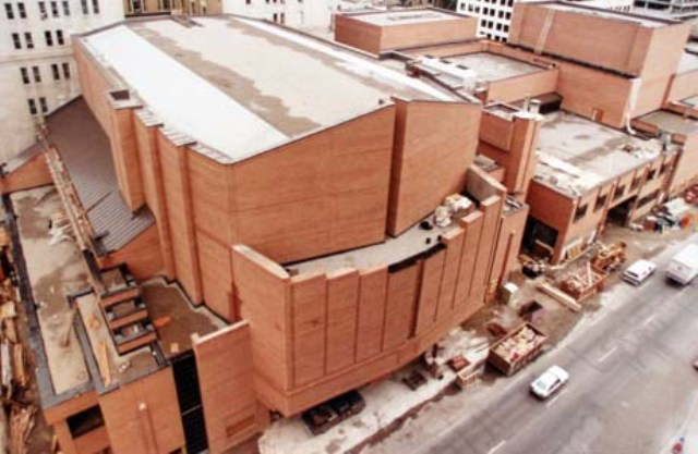 Construction of the Performing Arts Center with its concert hall and four theatre spaces with a total of 3,200 seats, made it one of North America's largest centres in 1985.