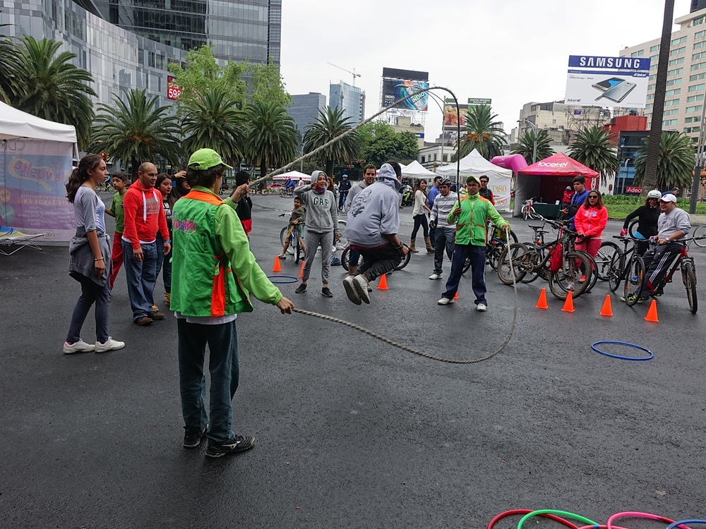 One of Reforma's traffic circles was turned into a fun playground.  Caught these guys trying their hand at double-dutch skipping.  How cool!