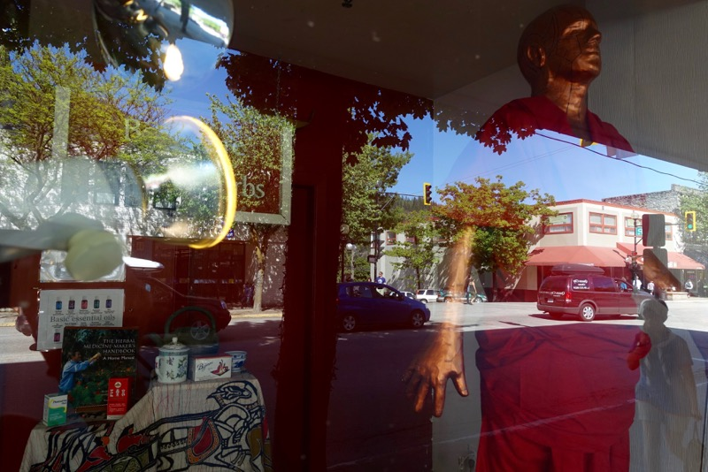 Just one of the many fun window reflections along Baker Street .