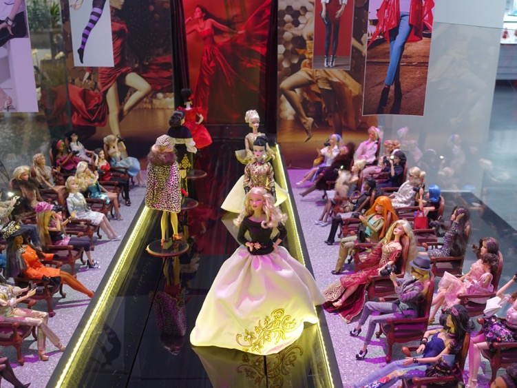 Stumbled upon a fun Barbie Doll exhibition in Montreal's Underground City. There were hundreds of dolls with designer clothes in display cases on the walls, as well as several fun vignettes, like this fashion show which was animated with models on runway and flashing cameras in the audience. See video below. The noise you hear is the fountain in the middle of the exhibition space.