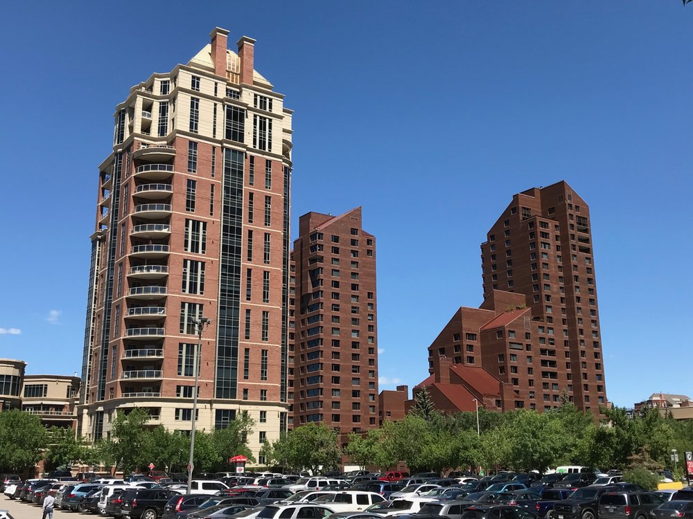 Princeton condo (on the left) is an example of theearly 21st century's architecture with a distinct base, middle and roof-top, softer edges and warmer colours.  On the right, is the '80s architecture of Eau Claire 500 with its hard edges, flat facade and brooding colour.