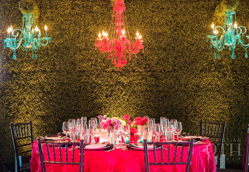 DRAMATIC HEAD TABLE IN FRONT OF THE HEDGE WALL WITH HANGING CHANDELIERS