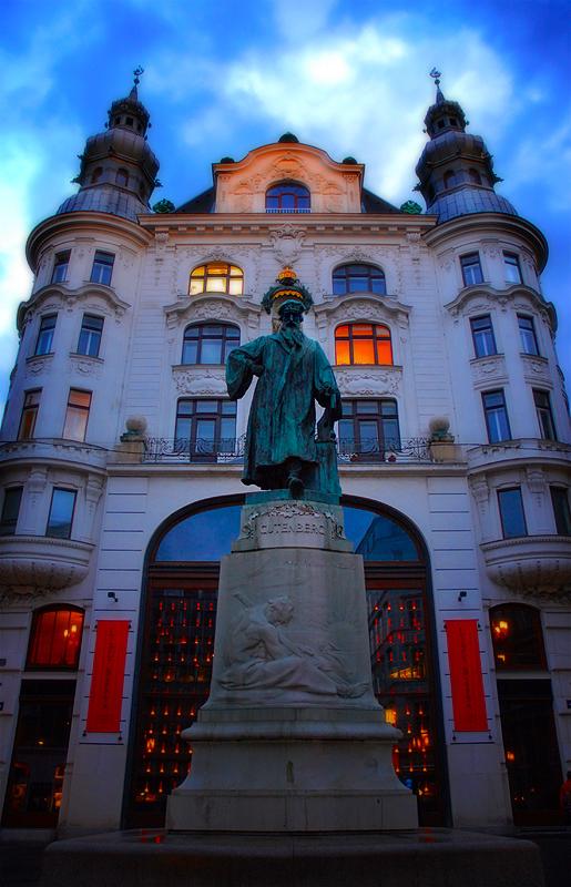 Vienna_gutenburg_monument.jpg