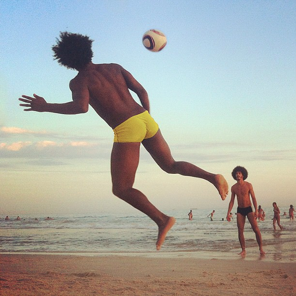 """un jeu de petite haut"", Praia do Leblon - 2012"