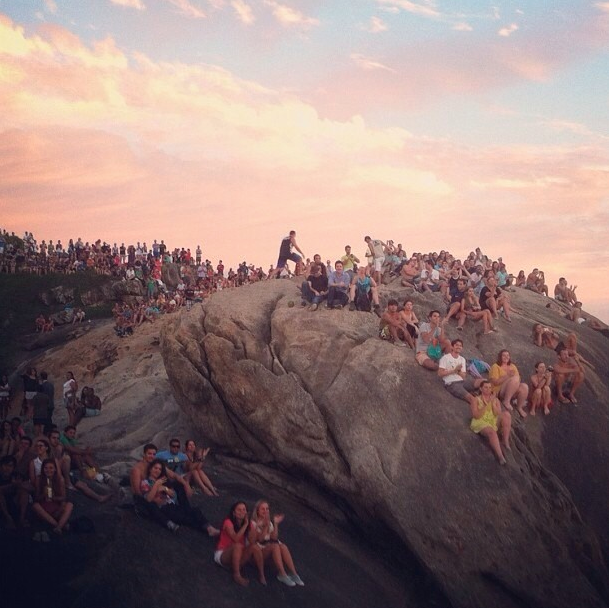 """Les cariocas applaudissent le coucher du soleil"", Pedra do Arpoador — 2012"