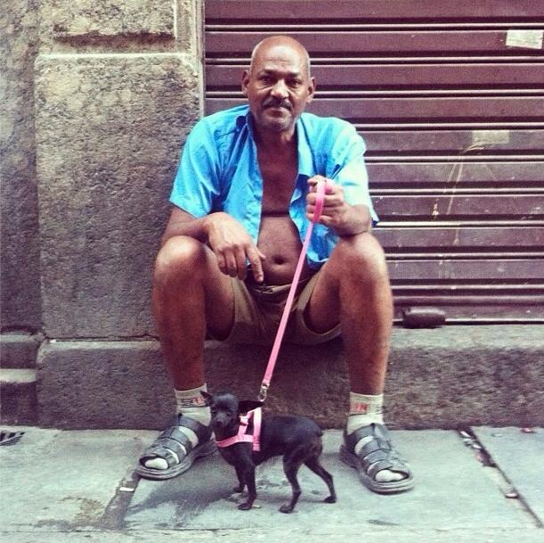 """""""homme avec une chemise déboutonnée avec son chihuahua"""", Rua do Rosário — 2012"""