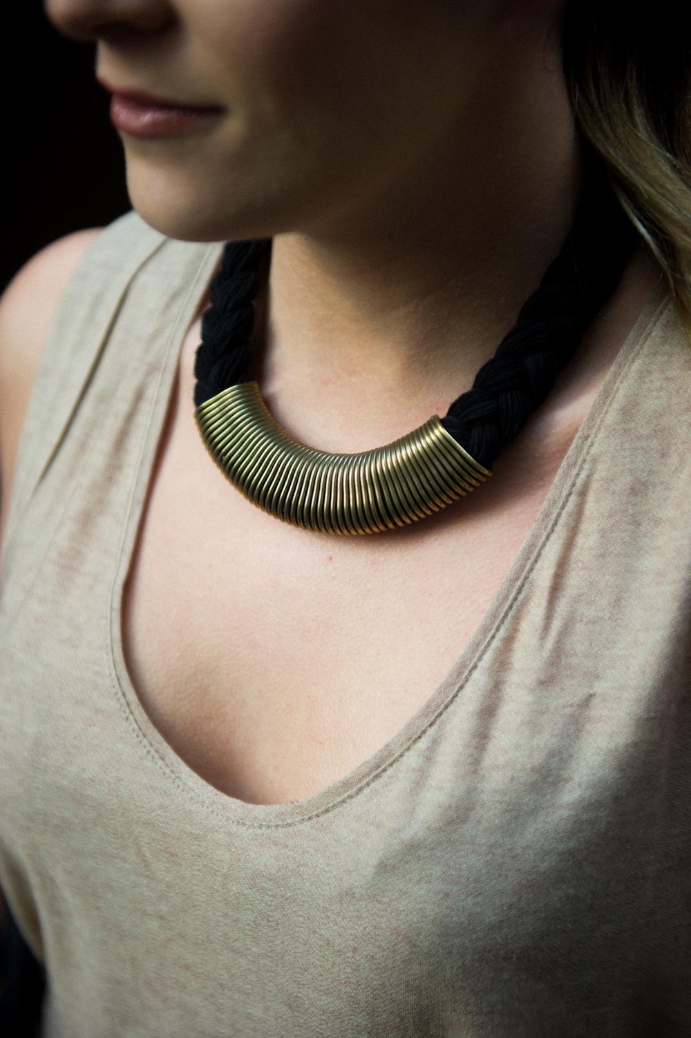 maxi collar, dorado, negro