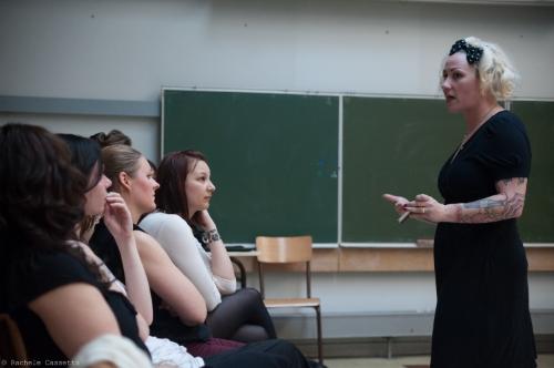 Dottie Lux shares her knowledge. / Dottie Lux partage ses connaissances.