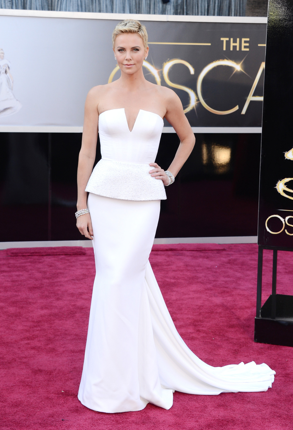 Charlize shows how to rock a short cut to give way to this gorgeous Christian Dior gown. Beautiful, definitely best dress