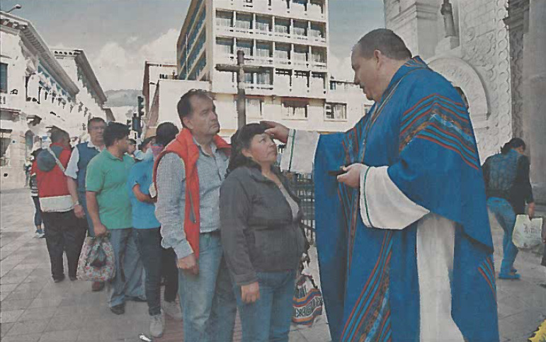 QUITO, ECUADOR: Fr. Chris Steinle, O.S.A., distributes ashes on Ash Wednesday at his new ministry in Quito, Ecuador.   Photo credit: Eduardo Terán/El Comercio