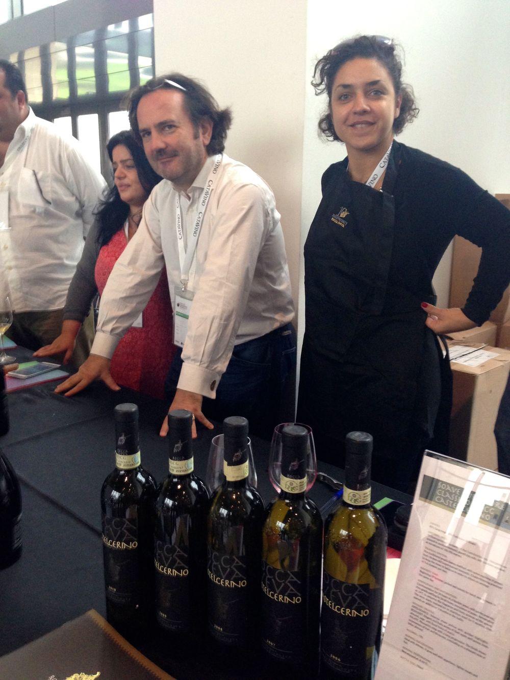 Magda Beverari (a  destra  ) e i  colleghi  di Wine Mosaic