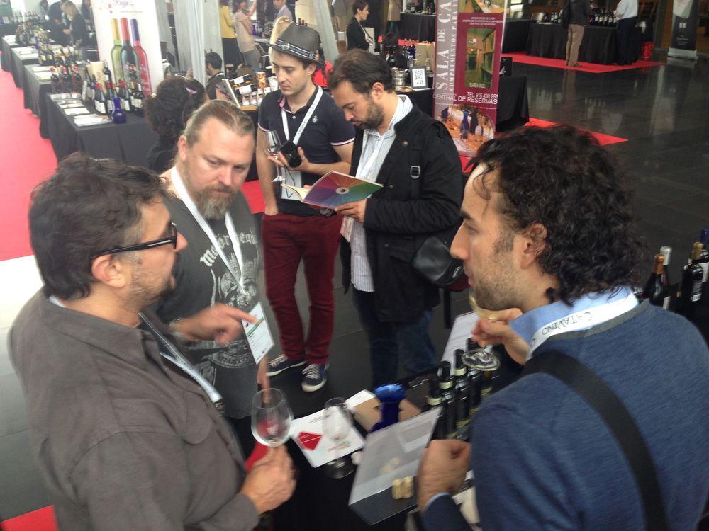 Giancarlo Piubelli (destra) al  banco    d'assaggio di Wine Mosaic