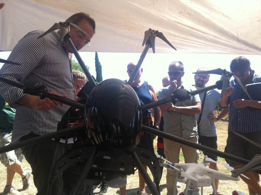 Il prof. A.Harfouche dell'Università della Tuscia spiega il funzionamento del drone
