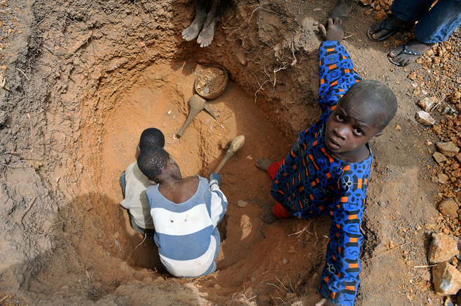 Children work in an artisanal gold mine, Kéniéba cercle, Mali.© 2010 International Labour Organization/IPEC